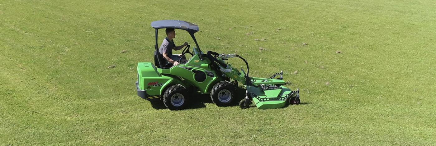 Arbejdsbillede af profesionel græsklipper 1200 monteret på avant