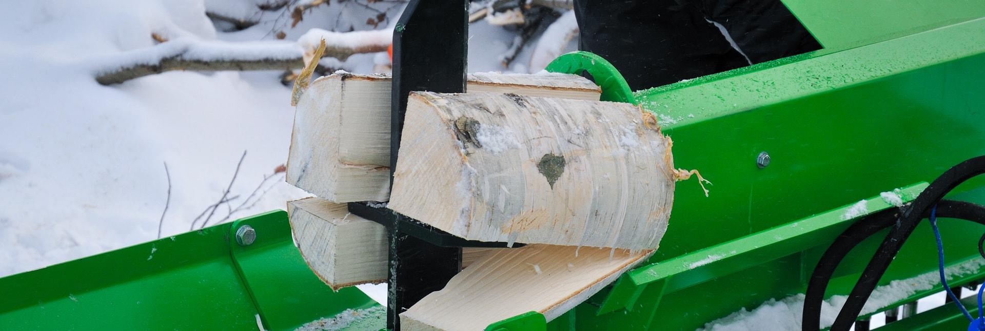 Arbejdsbillede af brændekløver fastmonteret på en AVANT minilæsser