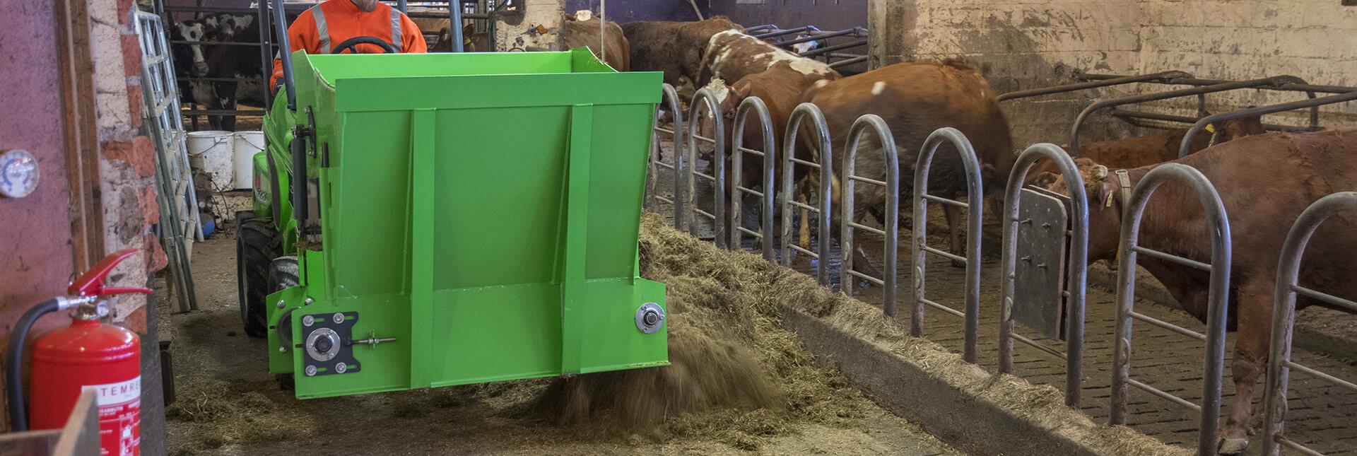 Arbejdsbillede af ensilagefoderkasse redskabet til en AVANT minilæsser