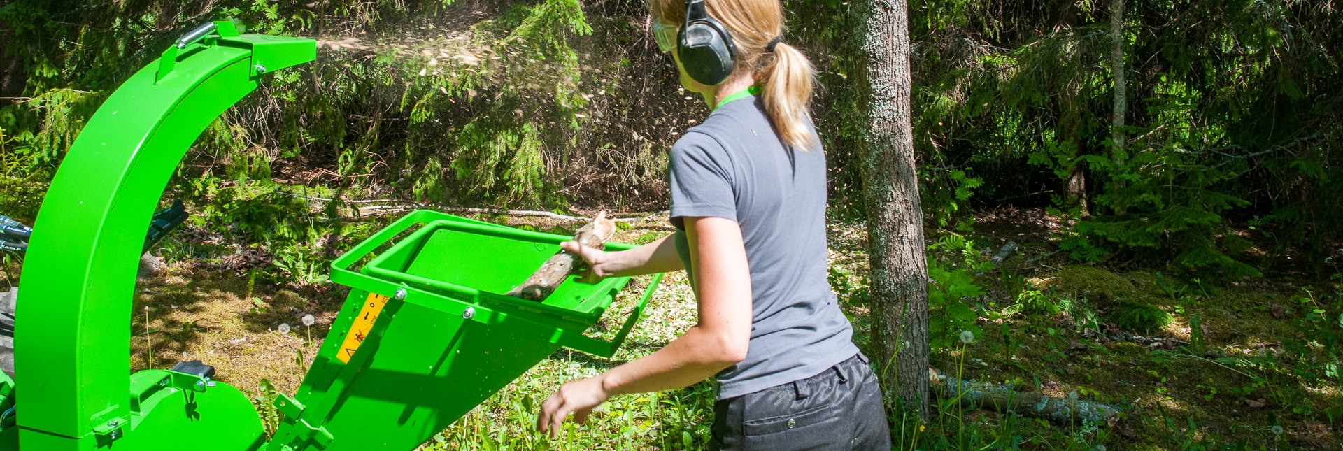 Arbejdsbillede af flishugger CH 100 i skoven monteret på en AVANT minilæsser