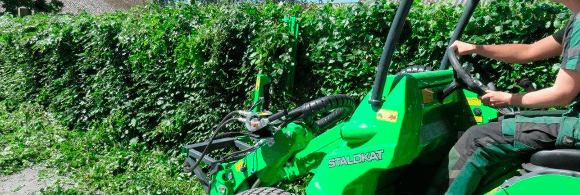 Arbejdsbillede af hækkeklipper monteret på en AVANT minilæsser