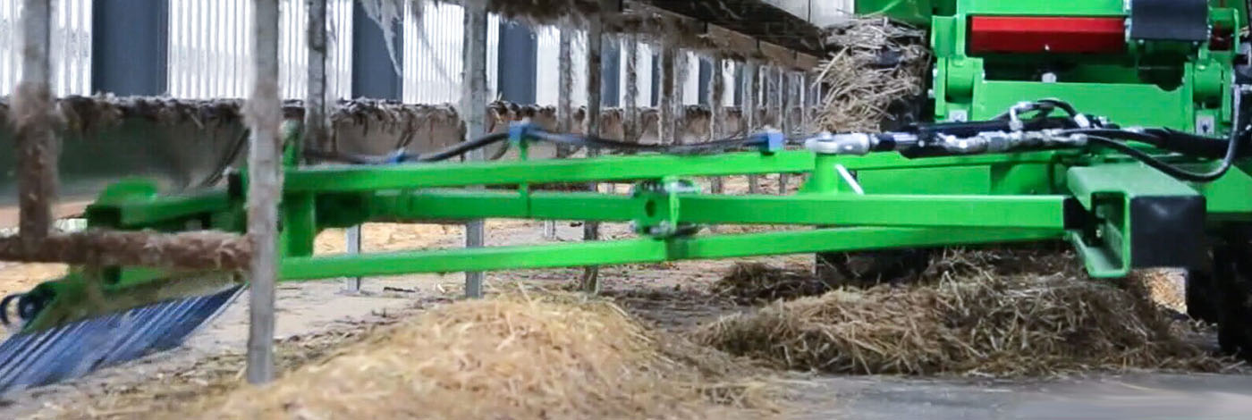 Halmrive HD monteret på en avant minilæsser i minkfarmen