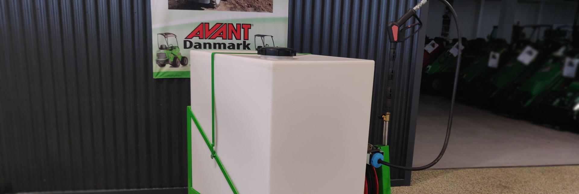 Arbejdsbillede af danskproduceret højtryksrenser redskab til avant minilæsser på en minkfarm