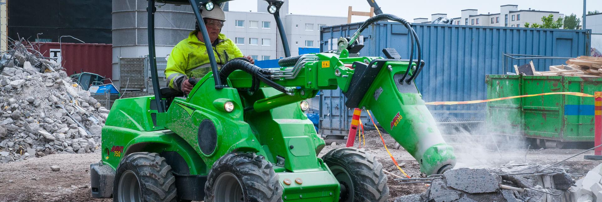 Arbejdsbillede af Hydraulikhammer til nedrivning monteret på en avant minilæsser