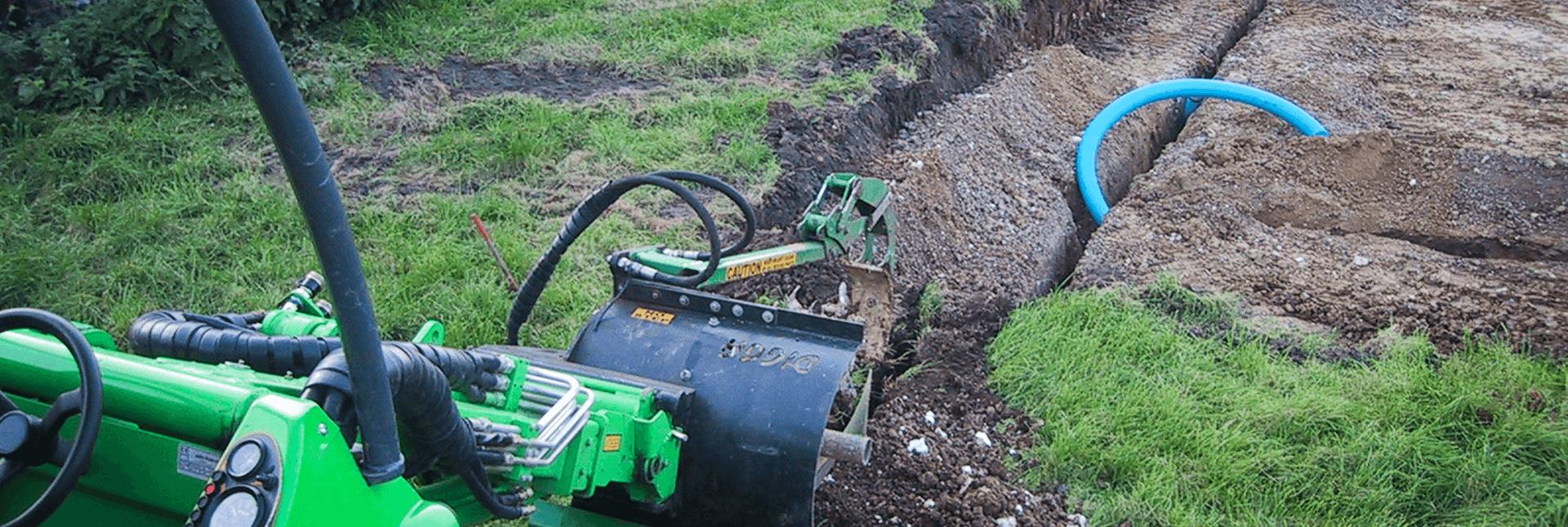 arbejdsbillede af kædegraver til avant minilæsser, ideelt til nedgravning af kabler og rør