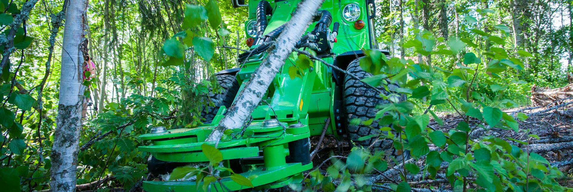 Arbejdsbillede af et Klippehoved redskab påmonteret på en avant minilæsser i skoven
