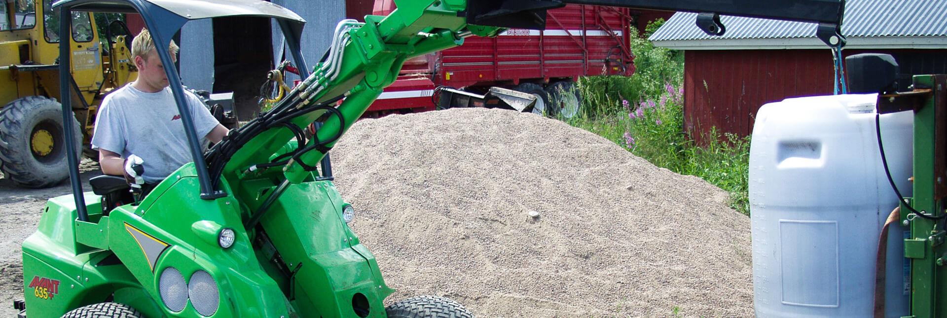 arbejdsbillede af kranarm på en avant minilæsser, kører med en stor sæk
