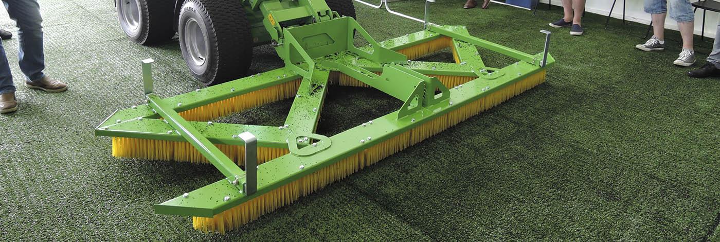 Nem og effektiv rengøring af kunstgræsbaner