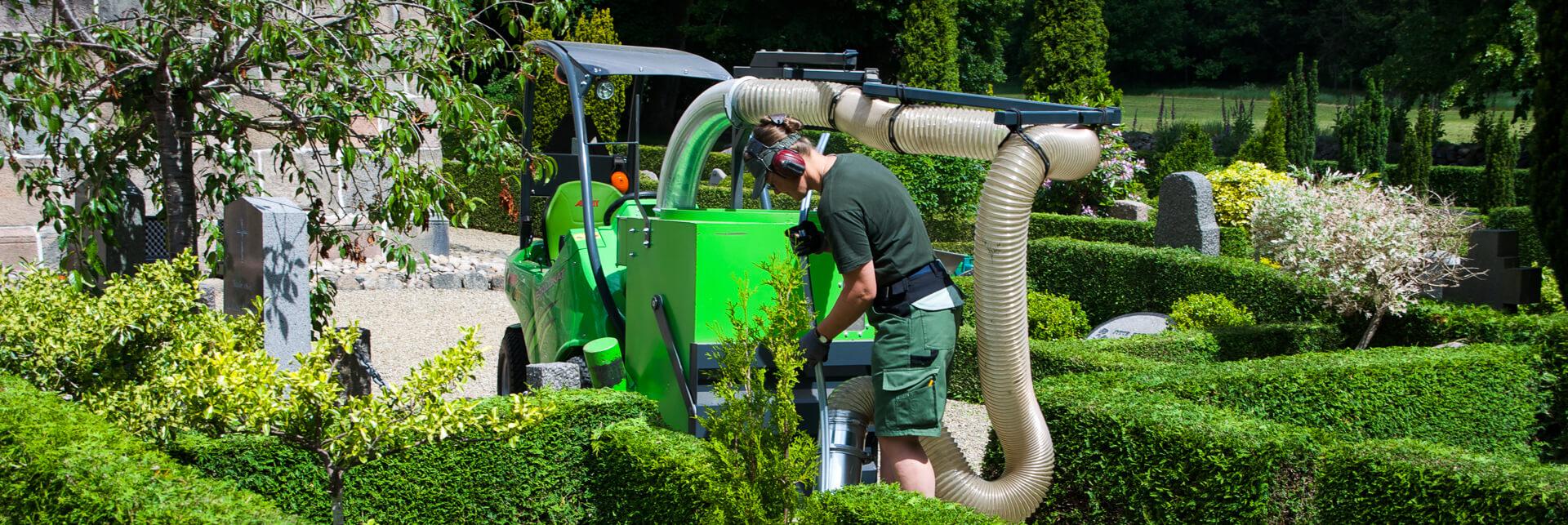 Arbejdsbillede af løvsuger TFTL til avant minilæsser på kirkegård