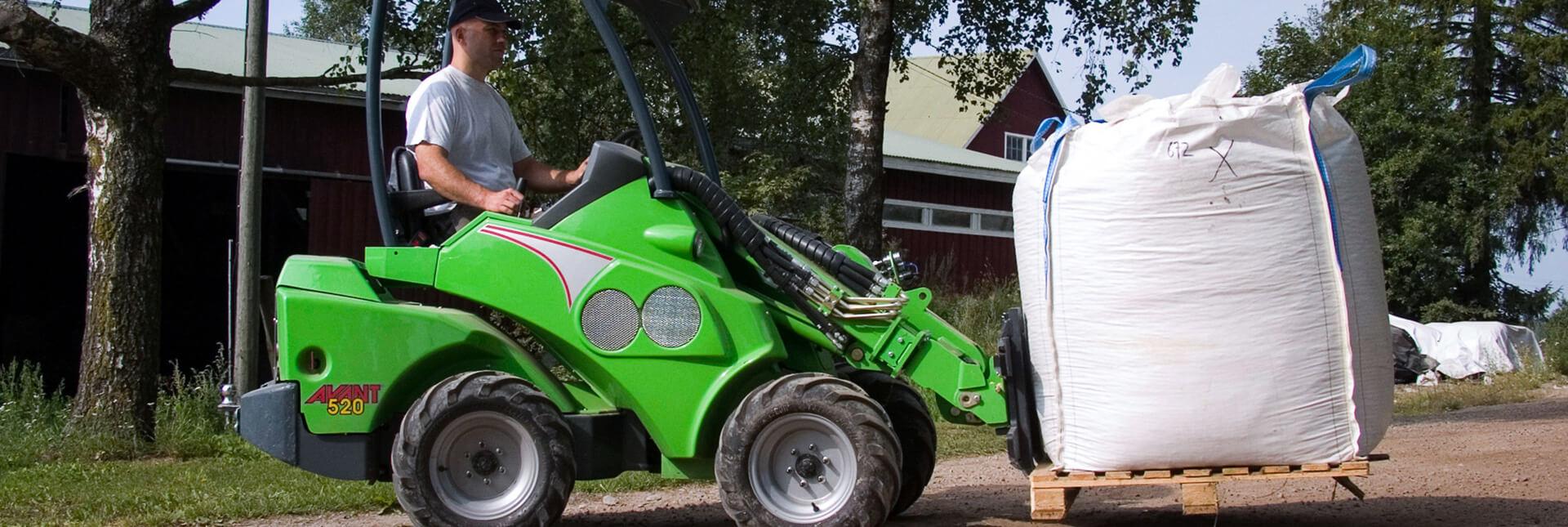 Arbejdsbillede af pallegafler til håndtering af mindre gods med en avant minilæsser