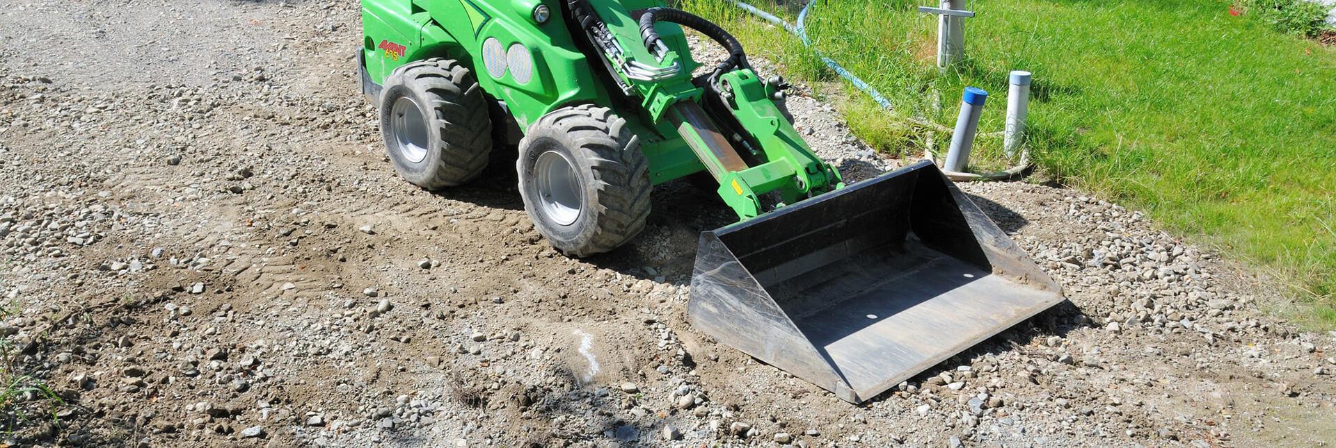 Arbejdsbillede af skovl planering til en AVANT Minilæsser i brug
