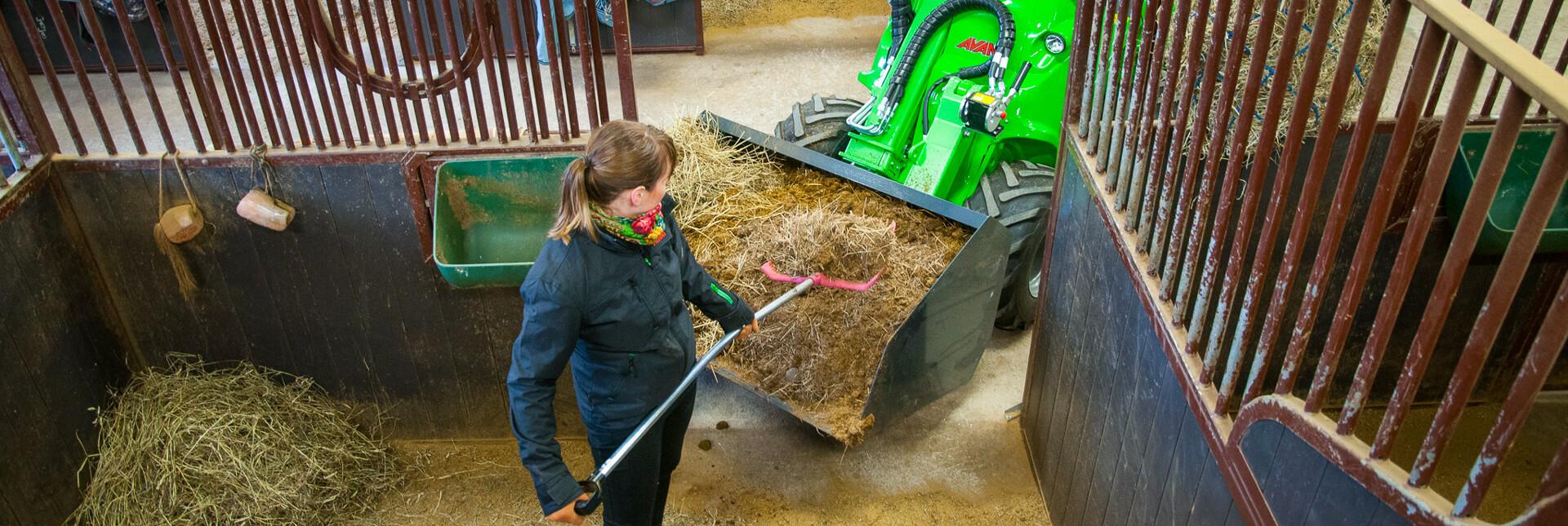 Arbejdsbillede af skovl volume XL monteret på en avant minilæsser til trransport af store mængder løst materiale