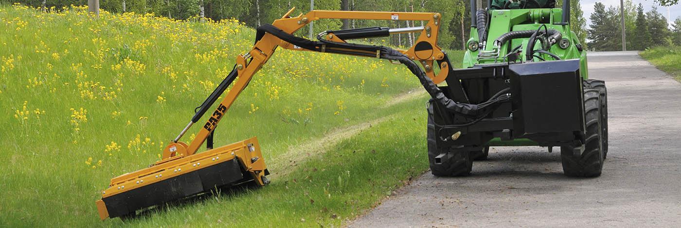 arbejdsbillede af en slagleklipper med hydraulisk sidearm