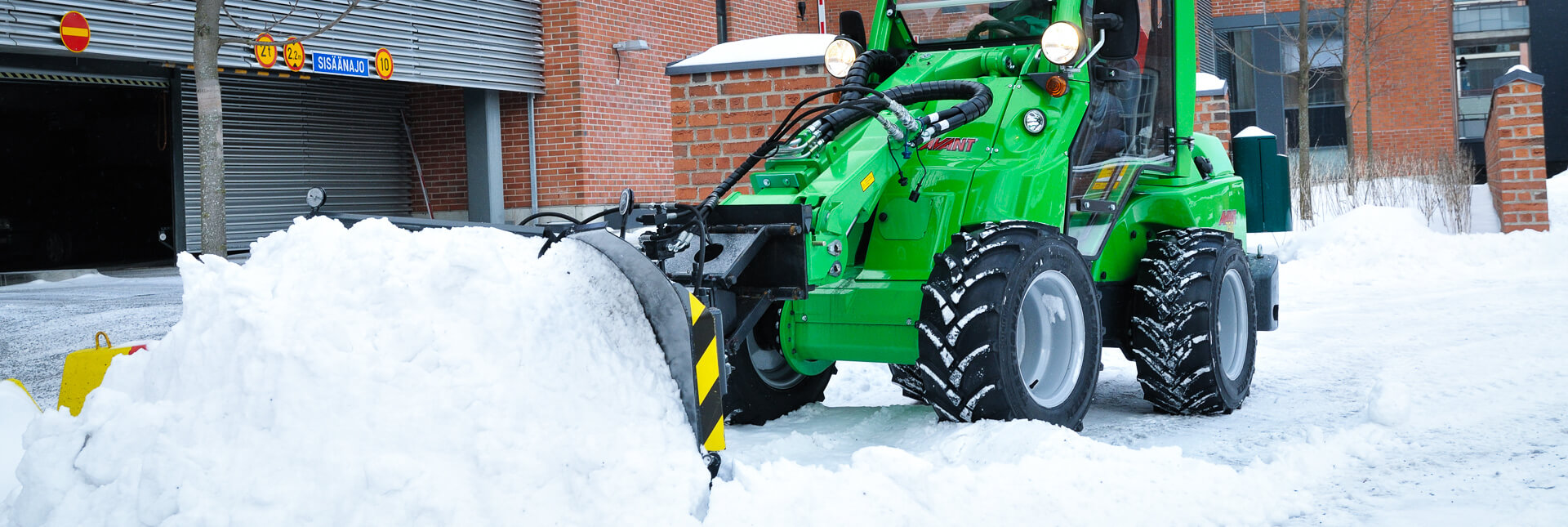 Arbejdsbillede af sneplov til rydning af sne, monteret til avant minilæsser
