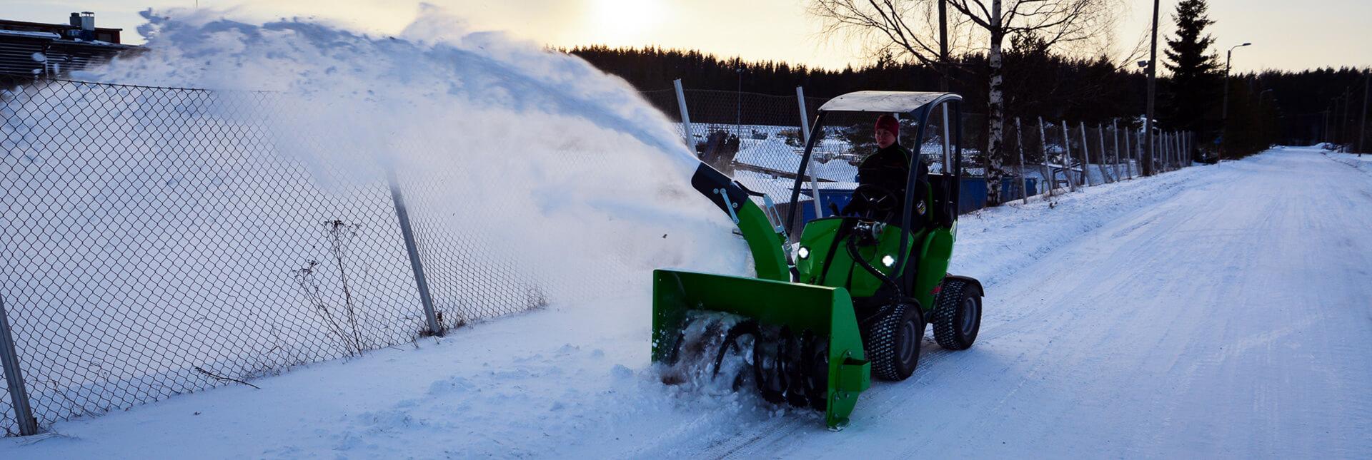 Arbejdsbillede af en sneslynge til en avant minilæsser og til rydning af sne i større mængder