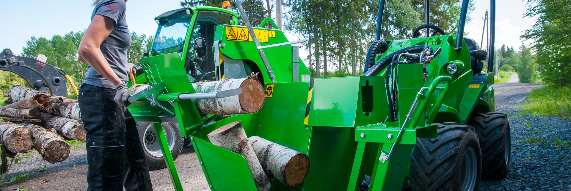 Arbejdsbillede af træsav monteret på en AVANT minilæsser
