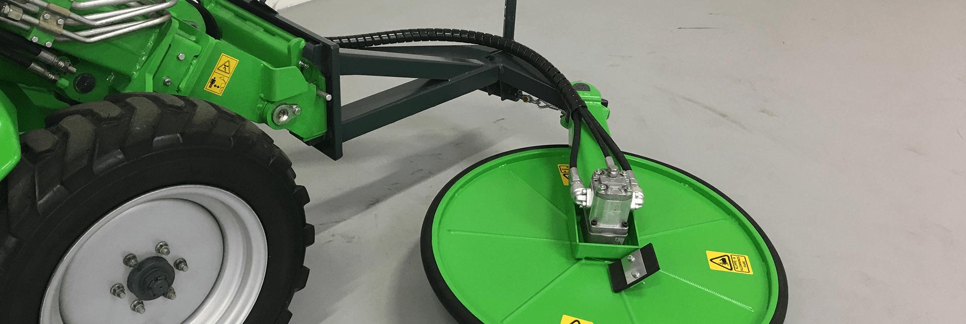 Miljøbillede af Under Hegn Klipper fastmonteret på AVANT minilæsser på AVANT Danmarks lager