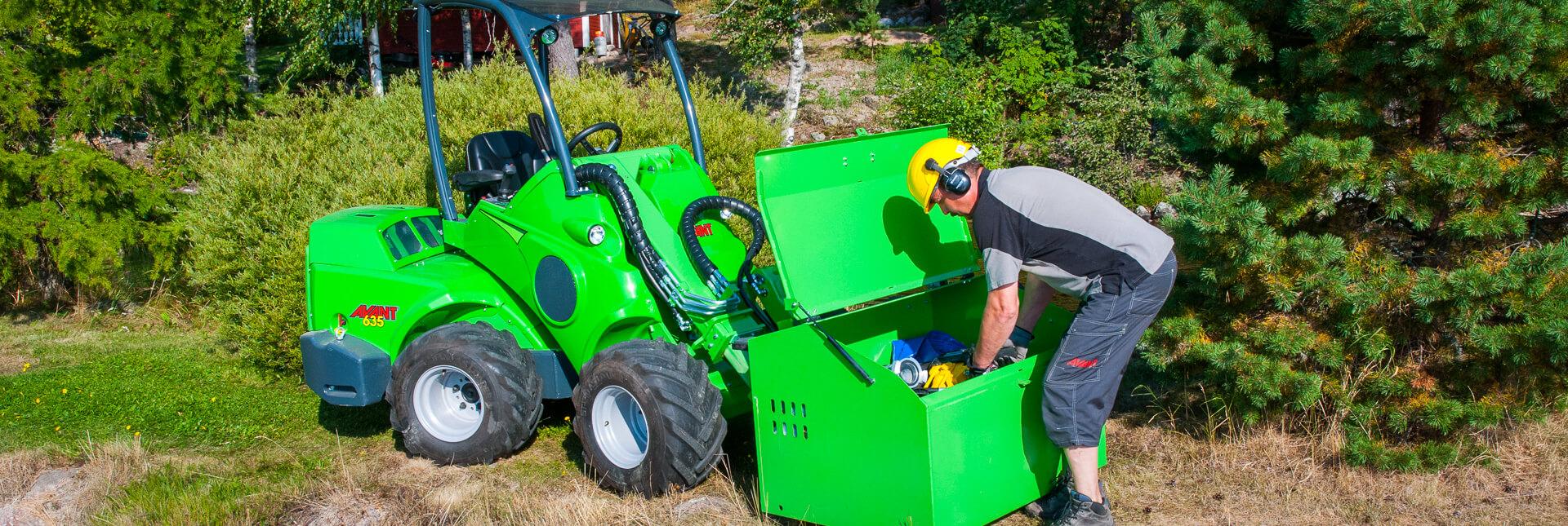 Arbejdsbillede af værktøjskasse monteret på AVANT minilæsser, til let at kunne transportere værktøj