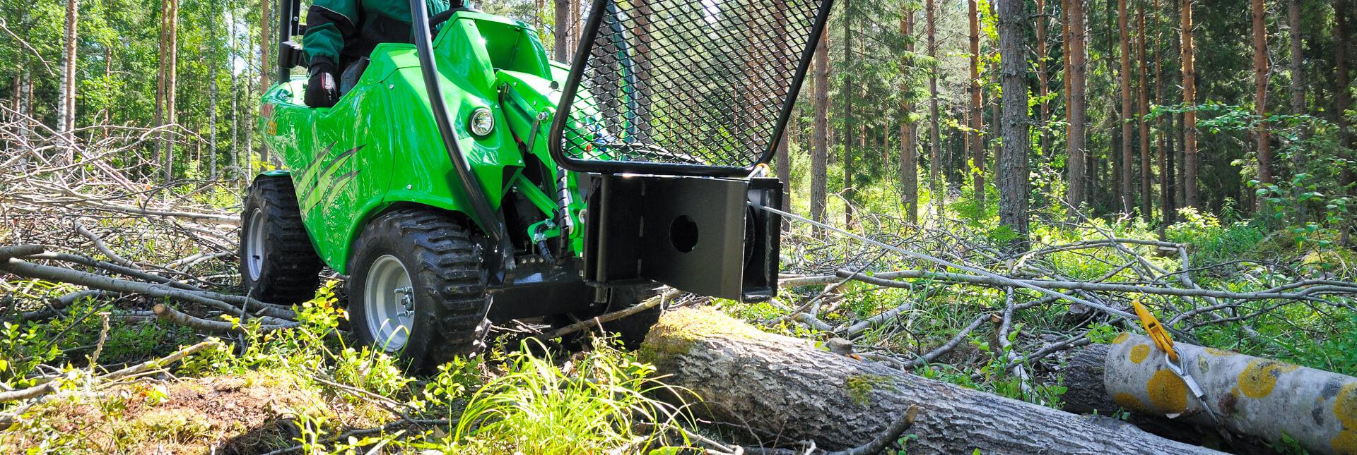 Arbejdsbillede af et Wirespil redskab monteret på avant minilæsser