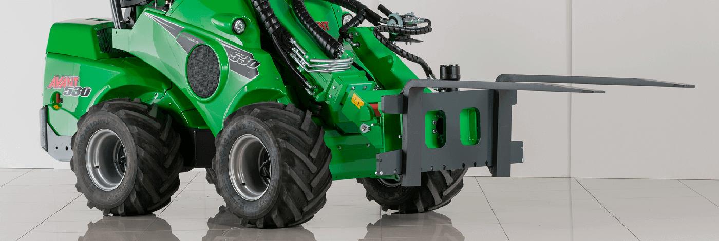 miljøbillede af en redskabs rotor fastmonteret på en avant minilæsser med pallegafler