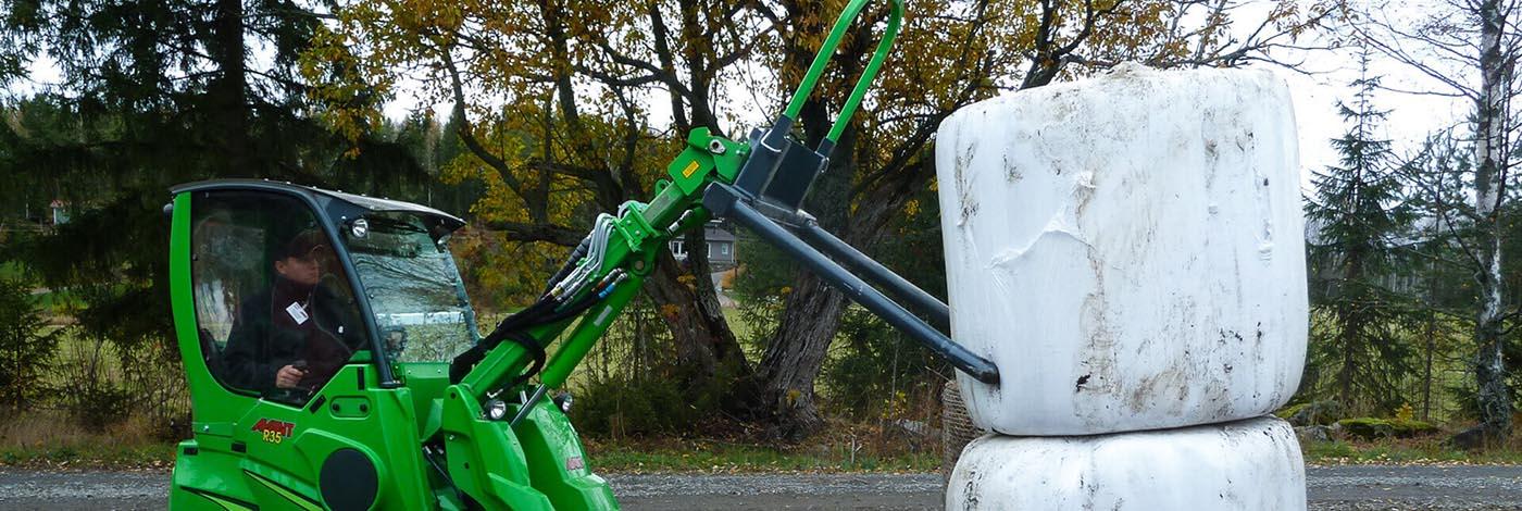 Arbejdsbillede af danskproduceret Wraptang monteret på avant minilæsser