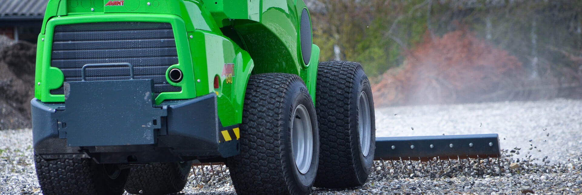 Arbejdsbillede af Gårdrive TFTL monteret på en avant minilæsser