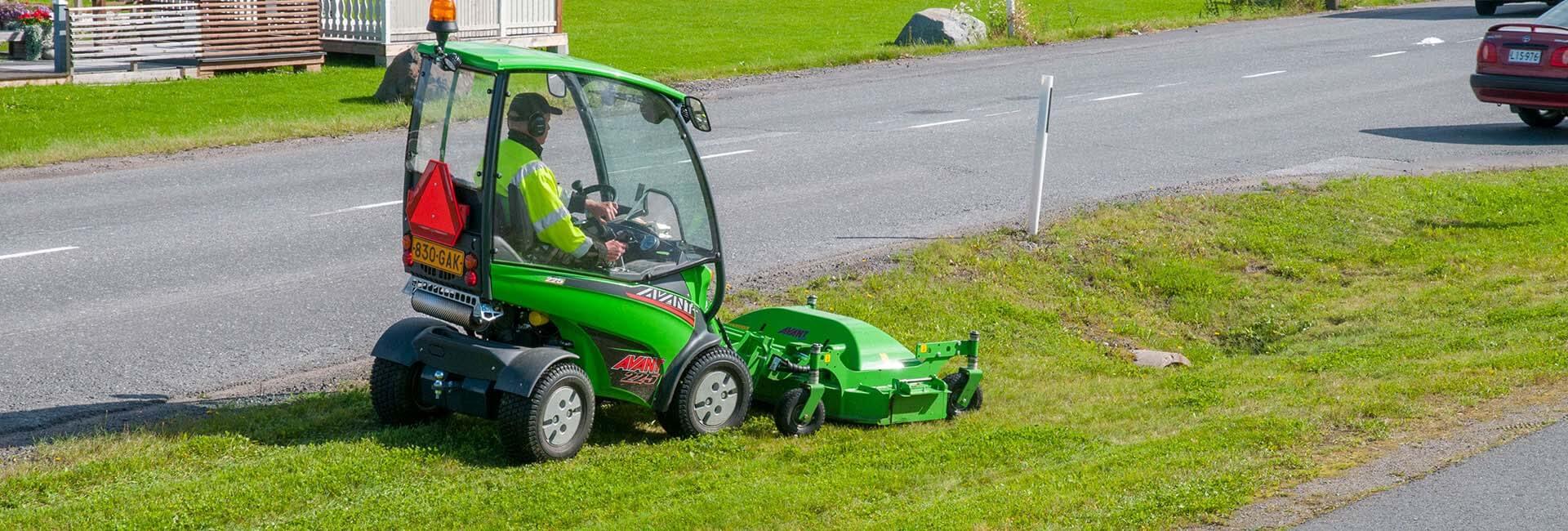 miljøbillede af AVANT med græsklipper 1500 monteret
