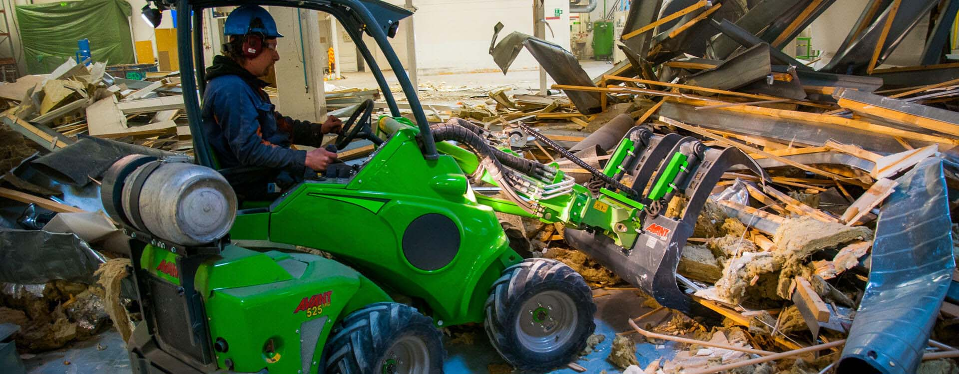 Miljøbillede af AVANT 500 med skovl med overfald