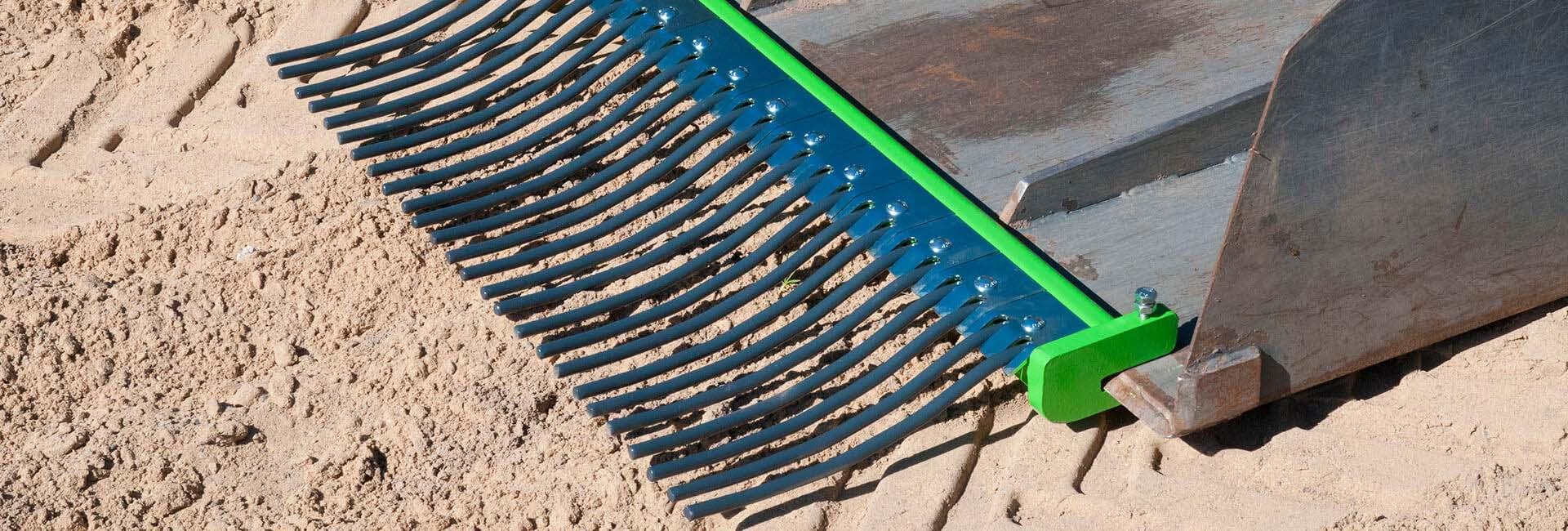 miljøbillede af AVANT minilæsser med skovl og hestepæreopsamler